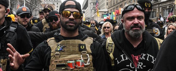 Con líderes encarcelados y Trump fuera de la Casa Blanca, ¿cuál es el futuro del grupo supremacista de los Proud Boys?