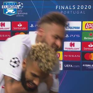 ¡Le ganó la emoción! Neymar interrumpió entrevista para abrazar a Choupo-Moting