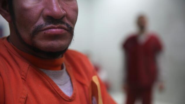 ¿Qué derechos tiene un inmigrante que se enferma en un centro de detención?