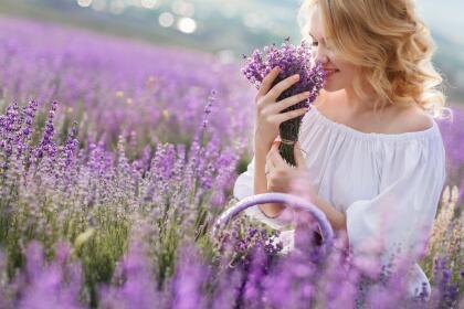 Finalmente, un curioso mito sobre la lavanda es que supuestamente aumenta la longevidad de las personas. Se dice que con el simple hecho de oler su fragancia diariamente ayuda a alargar nuestra vida, además de darnos buena energía y suerte en el amor.