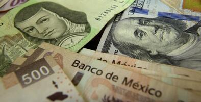 El peso mexicano avanza frente al dólar tras aumento en el precio del petróleo