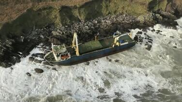 Como si fuera una película de misterio: un barco 'fantasma' llega a Irlanda después de flotar un año en el mar