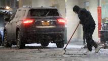 Lanzan iniciativa para que trabajadores inmigrantes en Nueva York consigan empleo como removedores de nieve