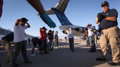 Inmigrantes encadenados y con sueños frustrados: así son los vuelos que transportan a deportados