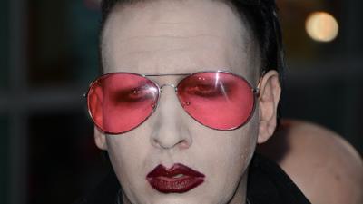 Después del tiroteo en Texas, Marilyn Manson apunta con réplica de rifle de asalto a público en concierto
