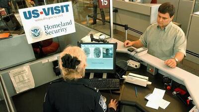 ¿Qué hacer si sale del país con su green card y no lo dejan entrar?