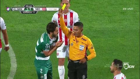 Tarjeta amarilla. El árbitro amonesta a José Abella de Santos Laguna