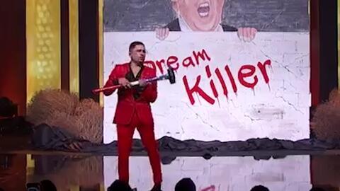 Larry Hernández revienta a martillazos el muro de Trump