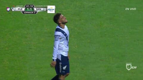 Fuera de juego de Matías Alustiza: El juez de línea levanta el banderín y anula la jugada.
