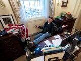 Arrestan al hombre fotografiado en el escritorio de Pelosi durante el asalto al Congreso