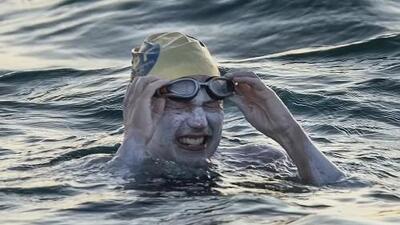 Sobreviviente de cáncer se convierte en la primera persona en cruzar cuatro veces seguidas el canal de La Mancha