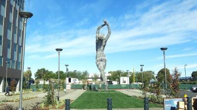 La escultura de una mujer gigante desnuda causa polémica en California