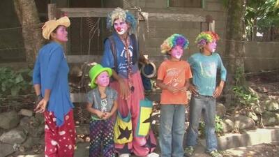 La risa y la ayuda de Primer Impacto sacan de la miseria a familia de payasos