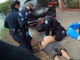 5 minutos contra el piso: video muestra la detención de un hispano que murió tras ser sometido por la policía