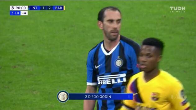 Tarjeta amarilla. El árbitro amonesta a Diego Godín de Internazionale