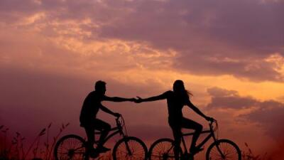 ¿Por qué nos enamoramos de una persona y no de otra? Cuatro teorías lo explican