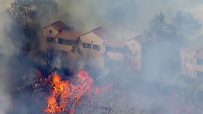 Incendio de maleza junto a zona residencial amenaza decenas de casas en Santa Clarita