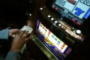 Arrestan a doctora que dejó a sus hijos en el carro para ir a apostar en el casino