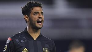 Sin mexicanos, Messi o CR7, Carlos Vela sorprende con su equipo ideal
