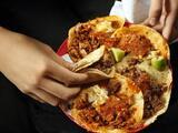 La familia de un hombre que murió por participar en un concurso de comer tacos demanda a los organizadores