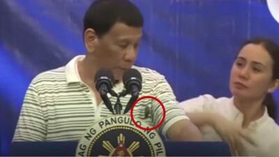 Por culpa de una cucaracha: presidente de Filipinas interrumpe su discurso y así fue como le hizo frente
