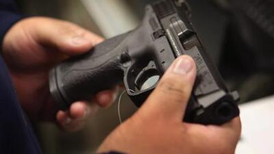 A pesar de los tiroteos masivos en Texas, entran en vigor nuevas leyes que reducen el control de armas en el estado