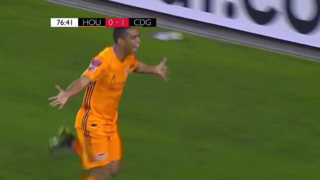 Nadie detiene a la 'Pantera' Elis, que le pone en bandeja de plata el gol del empate a Manotas