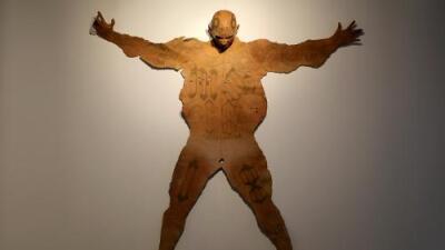El escultor que muestra a los pandilleros de MS-13 como si fueran trofeos de caza