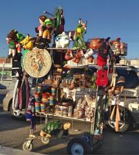 Un poco del sabor y el color de México en la espera del cruce fronterizo de Tijuana