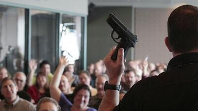 Preocupación entre padres tras promulgación de ley que permite que maestros porten armas en escuelas de Florida