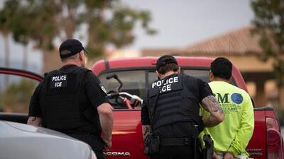 Suspenden a un oficial de policía en Virginia por entregar a un conductor buscado por ICE