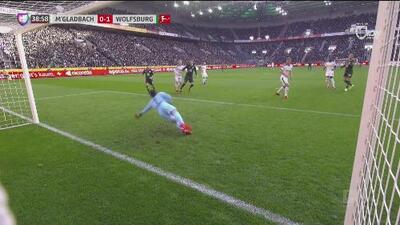 Remate machucado de Yannick Gerhardt y el Wolfsburgo ya le pega al Gladbach