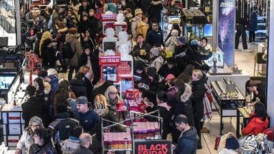 Miles de personas abarrotaron los centros comerciales de Los Ángeles para hacer sus compras navideñas