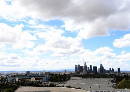 Así luce el estacionamiento del estadio Los Angeles Dodgers el día de la apertura de la liga, suspendida por la crisis del coronavirus.