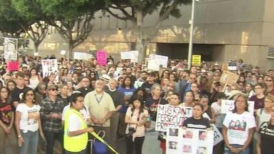 Con una vigilia llena de música y simbolismo decenas de personas en Los Ángeles se solidarizan con los inmigrantes