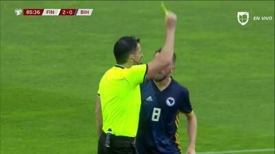 Tarjeta amarilla. El árbitro amonesta a Edin Visca de Bosnia and Herzegovina