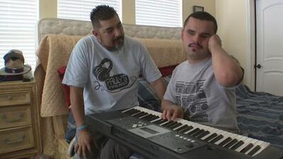 Este joven ciego y autista es la inspiración de una organización que ayuda a los desamparados