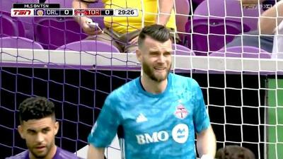 Quentin Westberg ataja un peligroso disparo de Will Johnson y evita el gol de Orlando City