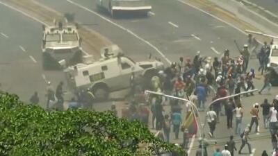 Imágenes fuertes: Una tanqueta militar arrolla a manifestantes contra Maduro
