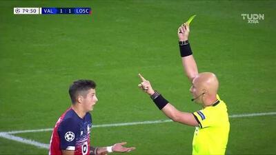 Tarjeta amarilla. El árbitro amonesta a Domagoj Bradaric de Lille