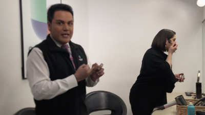 """En video: Érika Maldonado y Aureliano """"Auri"""" Salgado se arreglan antes del noticiero y nos cuentan de sus historias para las 10:00pm."""