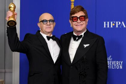 Elton John y Bernie Taupin celebraron el Golden Globe a la Mejor canción original ('I'm Gonna Love Me Again') en la película 'Rocketman'.
