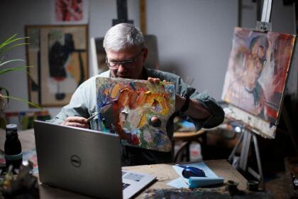 <b>Una clase de arte en línea.</b> Fred Haag, profesor de artes visuales en Penn State York, muestra cómo mezclar colores a sus estudiantes durante una clase de introducción a la pintura en Hellam, Pensilvania. 22 de abril.