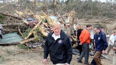 """""""Esto es increíble"""": Donald Trump visita la zona devastada por tornados en Alabama (fotos)"""