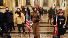 Envían al Chamán de QAnon a Washington para ser procesado por el asalto al Congreso