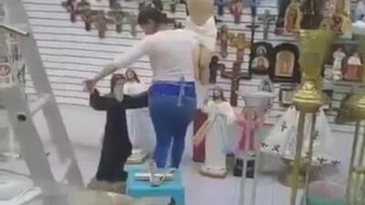 El polémico video de una vendedora de arte sacro bailando con San Charbel divide las redes