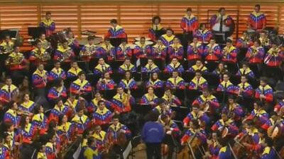 Lejos de Venezuela, pero con la música viva en el corazón: estos inmigrantes deslumbran al formar orquesta filarmónica