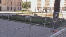 Protegen el Capitolio de Arizona con doble valla protectora y alambre de púas ante posibles protestas violentas
