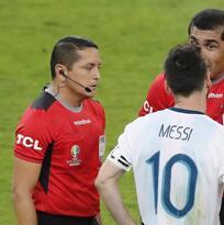 Árbitro del Brasil vs Argentina se defiende sobre las declaraciones de Messi