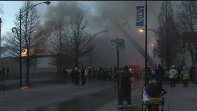 Contra dos voraces incendios batallaron los bomberos de Chicago durante en horas, en medio del fuerte viento